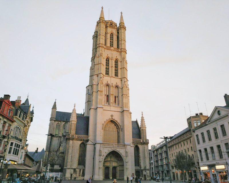fachada da catedral de São Bavo em Gante