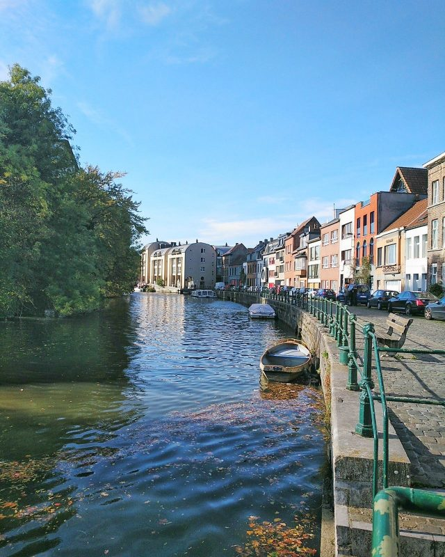 canal de Gante com barco e paisagem