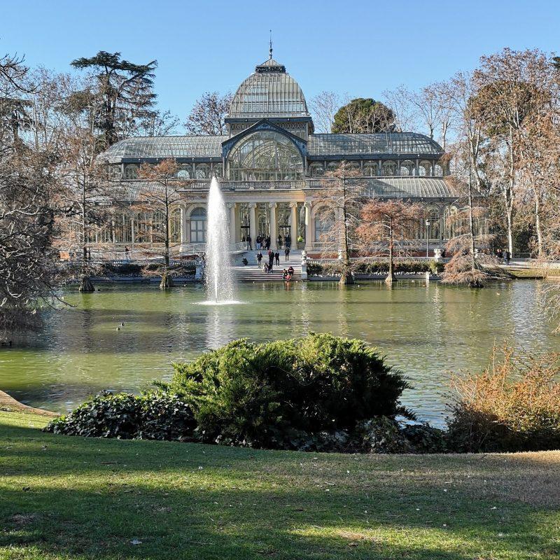 palacio de cristal e lago em Madrid