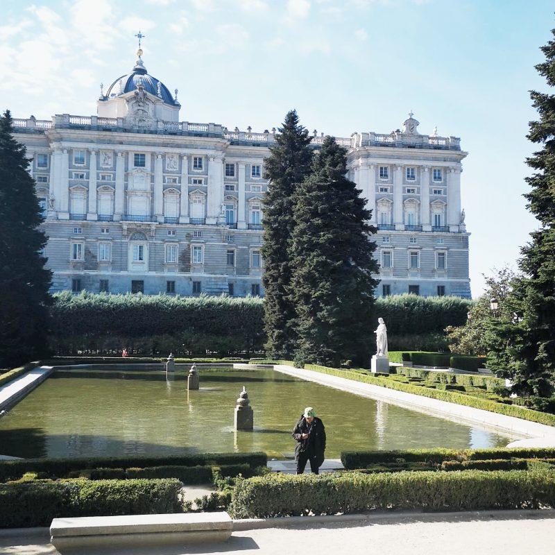 espelho d'agua e jardim em Madrid