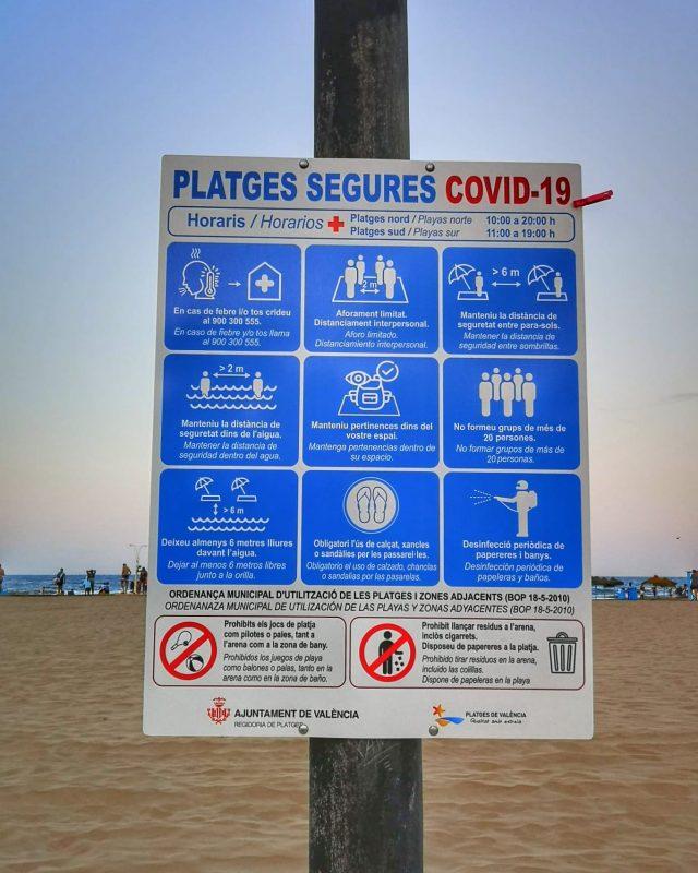 placa com normas de segurança na praia da Espanha