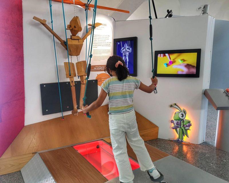 criança brincando com o pinoquio no museu de ciências de Valência