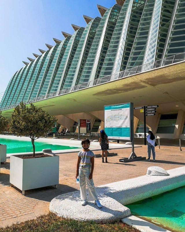 criança na frente do museu de ciencias de valencia