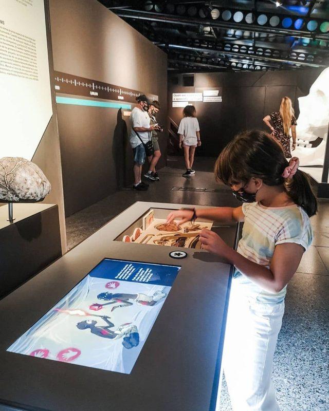 criança brincando no museu de ciencias